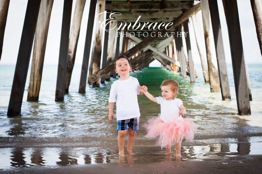 brother-sister-adelaide-family-photographer-embrace-photography
